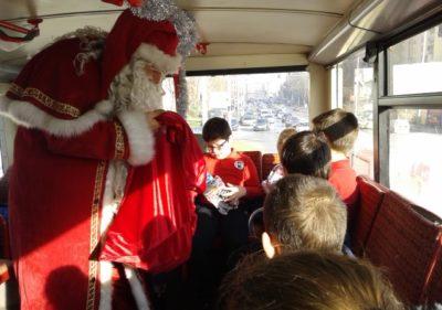 Дядо Коледа с децата