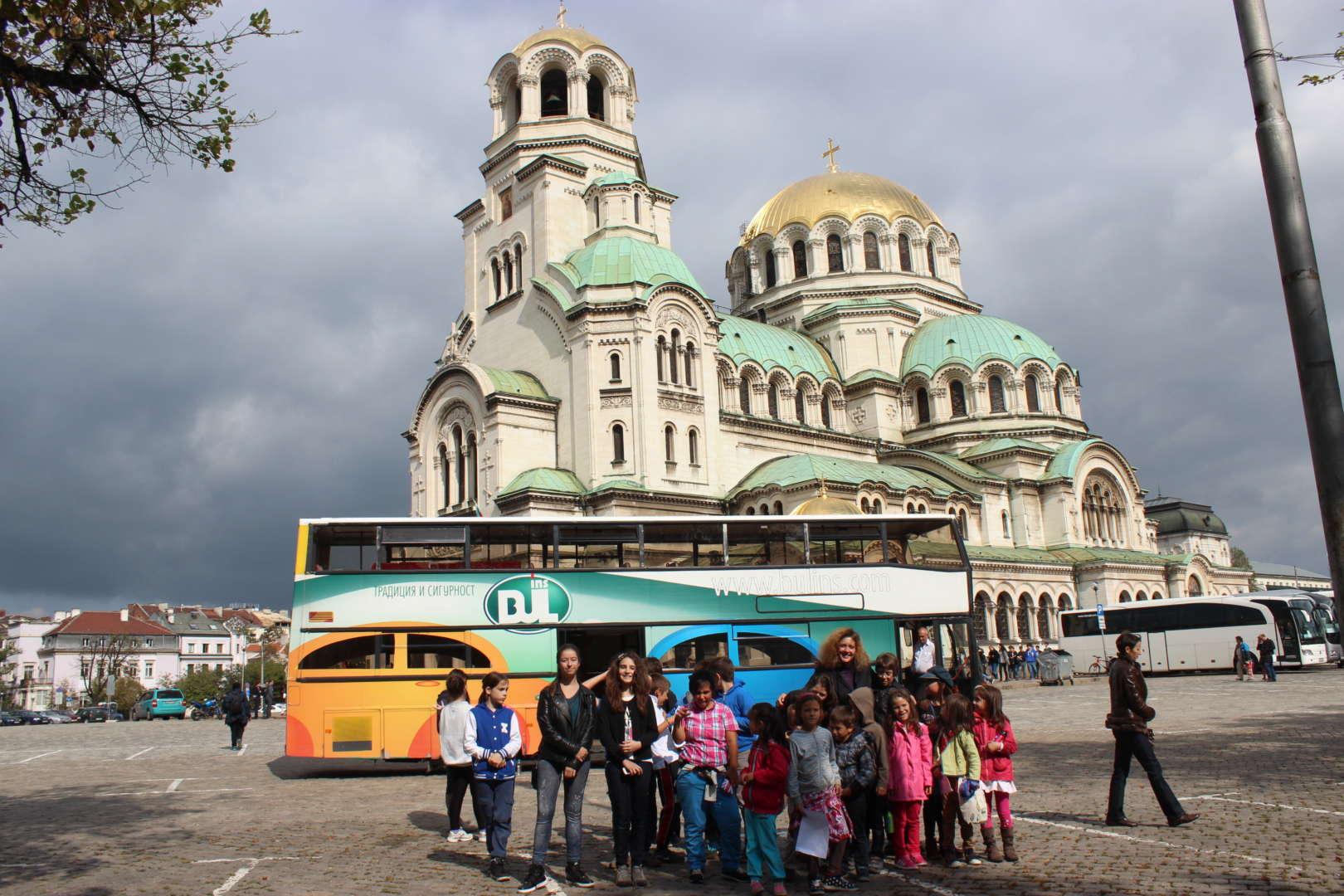 програма за деца и ученици с празнична обиколка с двуетажен автобус на забележителностите на град София .